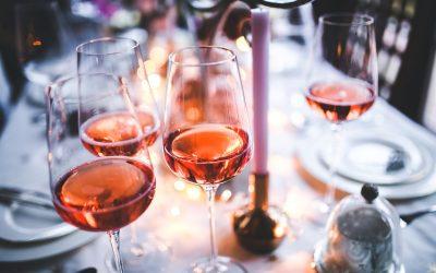 Penser à boire du vin rouge lors d'un repas.